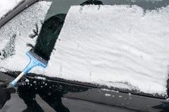 Cleaning samochód Od śniegu Obraz Stock