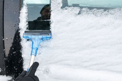 Cleaning samochód Od śniegu Fotografia Stock