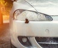 Cleaning samochodów reflektor z parowym grzejnikiem przy samochodowym obmyciem obrazy stock