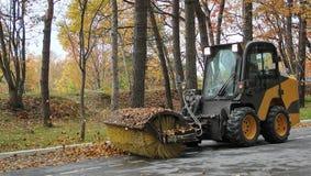 Cleaning spadać liście na drodze Zdjęcie Stock