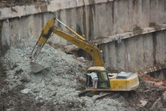 Are cleaning up the dirt of the excavator at the SHENZHEN construction site Royalty Free Stock Image