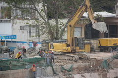 Are cleaning up the dirt of the excavator at the SHENZHEN construction site Stock Photos