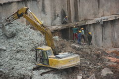 Are cleaning up the dirt of the excavator at the SHENZHEN construction site Stock Images