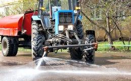 Cleaning wymiatacza ciągnik nalewa wodę obrazy royalty free