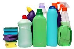 Cleaning wyposażenie odizolowywający na białym tle barwione klingeryt butelki z detergentem Pracowniana strzelanina zdjęcia stock