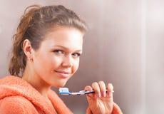 cleaning zębów kobieta Zdjęcie Royalty Free
