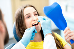 Cleaning zęby z stomatologicznym floss Obraz Stock