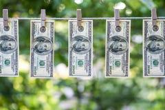 cleaningdryingeuros som tvättar pengar som tvättar sig upp PenningtvättUS dollar som ut hängs för att torka 100 dollarräkningar s royaltyfria bilder