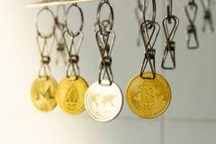 cleaningdryingeuros som tv?ttar pengar som tv?ttar sig upp PenningtvättBitcoin mynt hängde ut för att torka royaltyfri bild