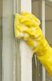 cleaningexponeringsglaskvinna arkivfoto