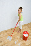 cleaninggolvflicka little Arkivbilder