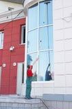 cleaningkontorsfönster Royaltyfria Foton