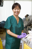 cleaningsjukhussjukvårdare avvärjer Royaltyfria Bilder