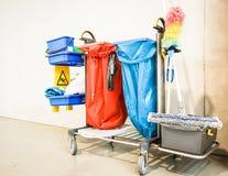 Cleaningtrolleyen - utför service vagnen Royaltyfria Bilder
