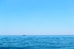 Clear blue sky over ocean Royalty Free Stock Photos