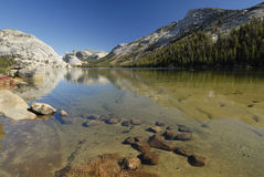 Clear water of Tenaya Lake in Yosemite Royalty Free Stock Photos