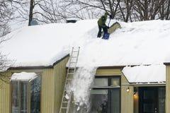 Clearingowy śnieg od dachu w Quebec fotografia royalty free