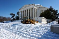 Clearingowy śnieg przy Jefferson pomnikiem Fotografia Royalty Free