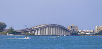 Clearwater有海和喷气机天空的海滩桥梁 免版税库存照片