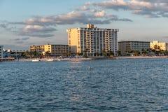 CLEARWATER,佛罗里达- 2015年5月04日:Clearwater海滩和旅馆 风险轻率冒险日落时间 佛罗里达 库存照片