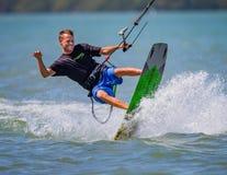 Clearwater, FL- 3月12日-愉快的风筝冲浪者在做2016年3月12日的天空中摇摆他的身体把戏 库存图片