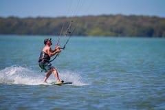 Clearwater, FL 12 Maart - de Vliegersurfer glijdt langs het water lettend op zijn vlieger op 12 Maart, 2016 Stock Foto