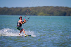 Clearwater, Florida 12 marzo - il surfista dell'aquilone fa scorrere lungo l'acqua che guarda il suo aquilone il 12 marzo 2016 Fotografia Stock