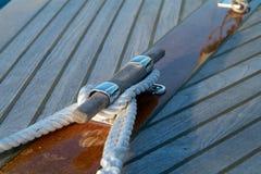 Cleat en kabel op een houten zeilboot stock afbeeldingen
