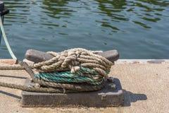 Cleat op de kade van een havenfaciliteit royalty-vrije stock foto's