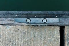 Cleat przy marina dla łódkowatej kurtyzaci Zdjęcie Stock
