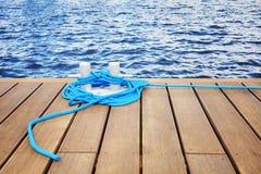 Cleat z błękitną arkaną na drewnianym molu Obraz Stock