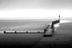 Cleethorpes海滩黑白散步 免版税库存照片