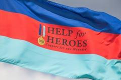 Cleethorpes Anglia, Lipiec, - 28, 2013: Pomaga bohatera chorągwianemu flyin Obrazy Stock