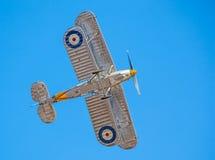 Cleethorpes England - Juli 28, 2013: GatuförsäljareNimrod Biplane flyi Fotografering för Bildbyråer
