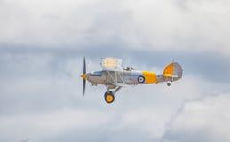 Cleethorpes England - Juli 28, 2013: GatuförsäljareNimrod Biplane flyi Royaltyfri Foto