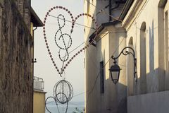 Clef triple dans l'éclairage de coeur avec le fond de Lago di Garda Image libre de droits