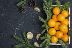 Clementina fresca de la mandarina en el fondo de madera Imagen de archivo