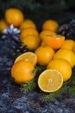 Clementina fresca de la mandarina en el fondo de madera Foto de archivo