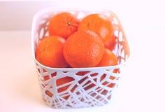 Clementinas en una cesta blanca Imagen de archivo libre de regalías
