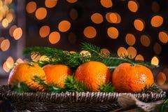 Clementinas o mandarinas frescas, luces y árbol Branc de Navidad de Navidad Fotografía de archivo libre de regalías
