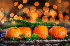 Clementinas o mandarinas frescas, luces y árbol Branc de Navidad de Navidad Fotos de archivo libres de regalías