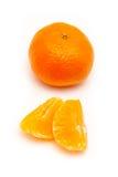 Clementine med segment på en vit bakgrund Arkivfoto