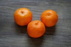 Clementines eller mandariner på den lantliga trätabellen Royaltyfri Fotografi