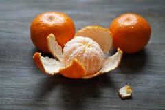 Clementines eller mandariner på den lantliga trätabellen Royaltyfria Foton