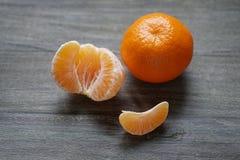 Clementines eller mandariner på den lantliga trätabellen Arkivbilder