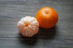 Clementines eller tangerin eller mandariner på den lantliga trätabellen Royaltyfria Bilder