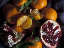 Clementines en granaatappel Vegetarisch voedsel stock foto's