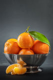 Clementines i bunke arkivbild