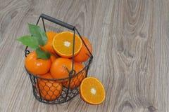 Clementines i en korg Royaltyfri Fotografi