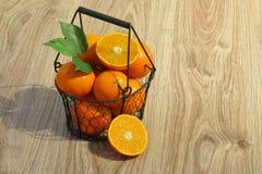 Clementines i en korg Arkivfoto